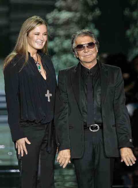 Italian designer Roberto Cavalli (R) with wife Eva acknowledge applause at the end of his Spring/Summer 2009 women's collection during Milan Fashion Week September 24, 2008. REUTERS/Alessandro Garofalo (ITALY)