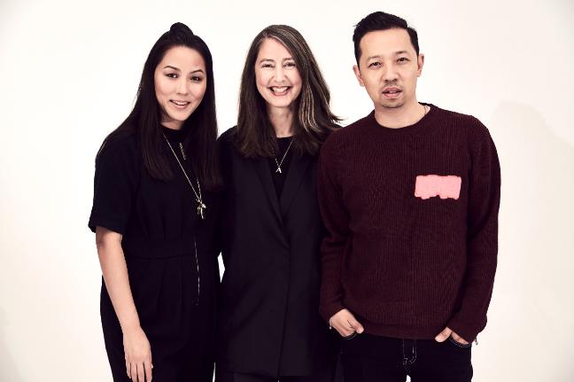 Kenzo Carol Lim și Humberto Leon cu Ann-Sofie Johansson, directorul creativ la H & M (centru).