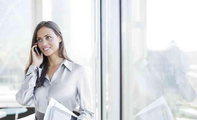 femeie eleganta la birou