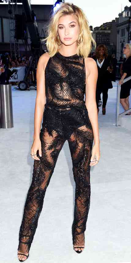 Hailey Baldwin in Georges Chakra