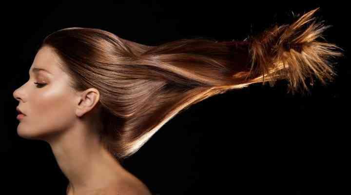 Pierzi mult timp cu îngrijirea părului? 3 trucuri simple pe care le poți folosi