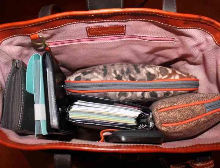 4 lucruri pe care trebuie să le ai în poşeta ta