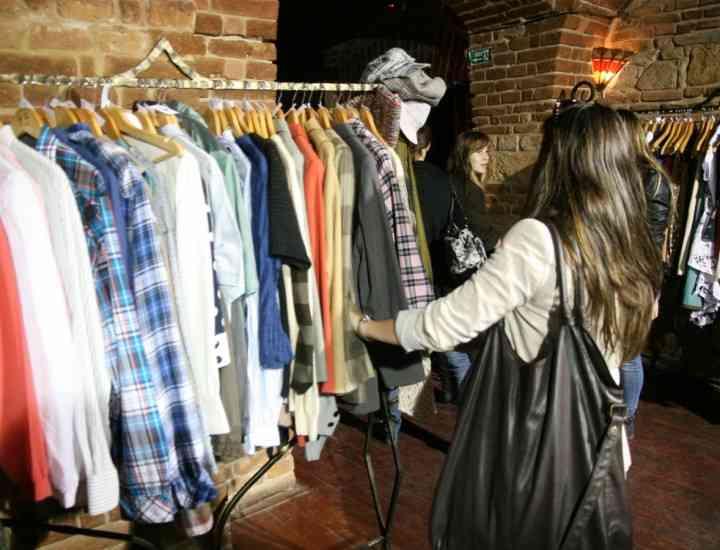 Există un magazin de haine unde se plăteşte cu fapte bune