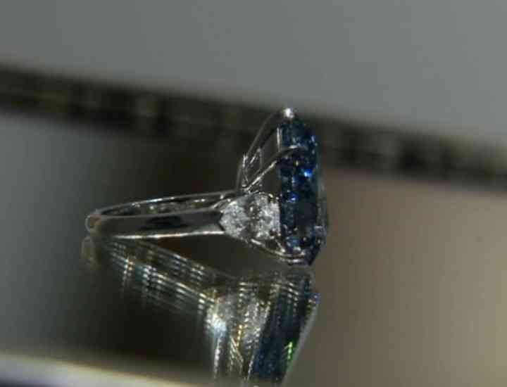 Cum arată inelul cu cel mai mare diamant albastru din lume şi cât costă