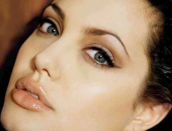 Make-up şi îngrijire à la Angelina Jolie. Adoptă trucurile actriţei