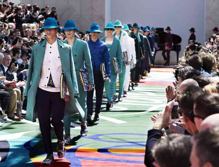 Ţinute de vară pentru bărbaţi: trench-uri asortate cu sneakersi şi pălării