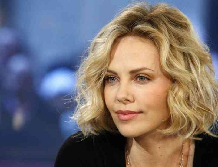 Charlize Theron a iscat un scandal la Hollywood