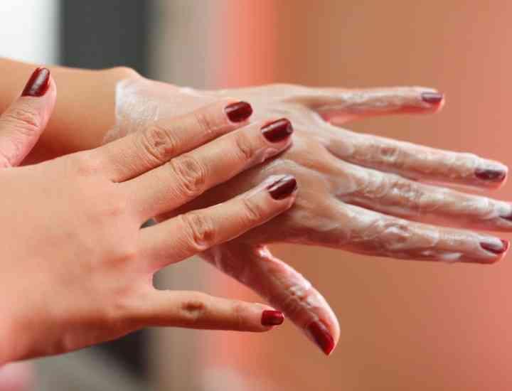 Ce cosmetice cumpără româncele: majoritatea, produse pentru ten şi mâini