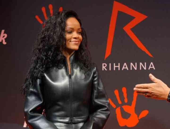 Rihanna a lansat o colecţie de tricouri în scopuri caritabile. FOTO