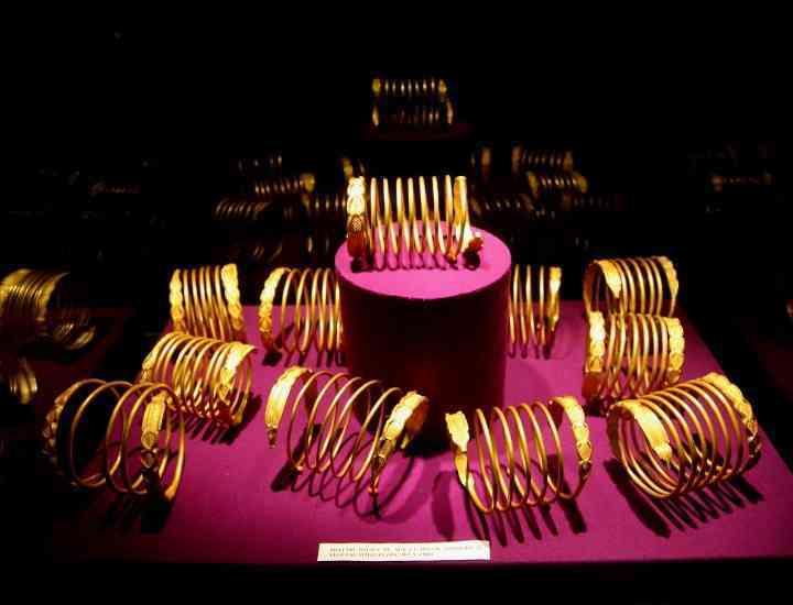 Patru brăţări dacice, expuse la Muzeul Unirii din Alba Iulia