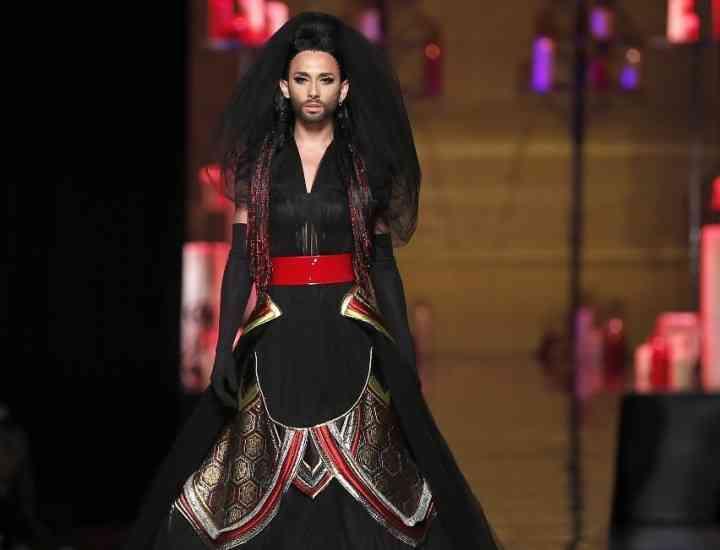 Conchita Wurst- model într-o prezentare de modă marca Jean-Paul Gaultier