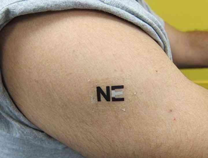 Un tatuaj-baterie este capabil să producă electricitate din transpiraţie