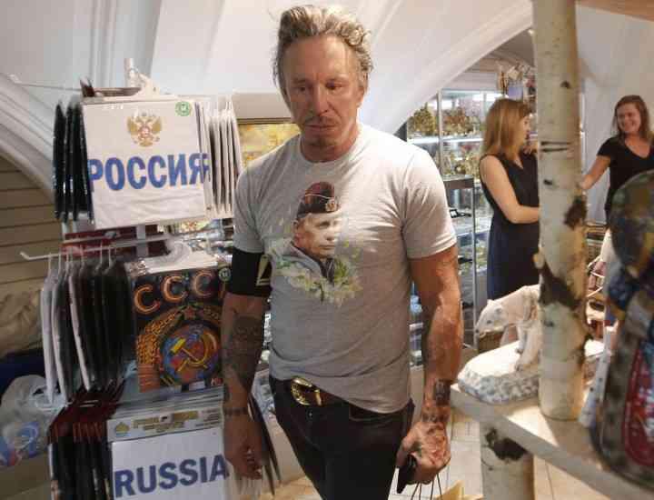 Tricourile cu chipul lui Putin sunt în vogă