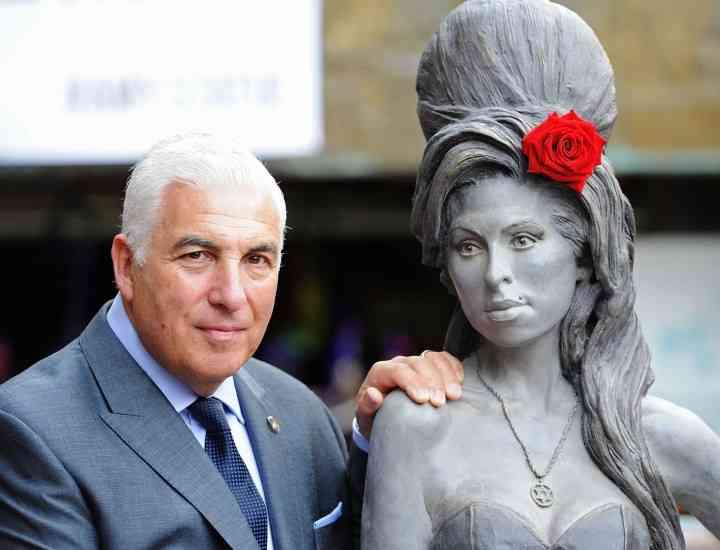 O statuie în mărime naturală a lui Amy Winehouse a fost dezvelită la Londra