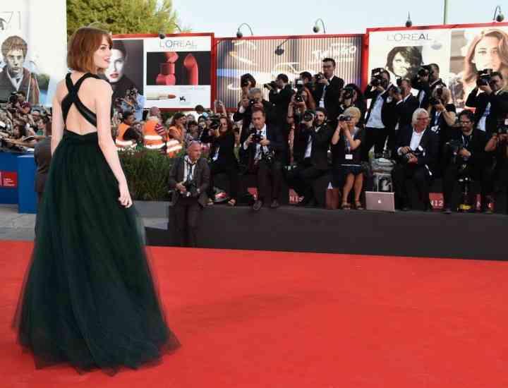 Emma Stone a arătat superb într-o rochie verde smarald