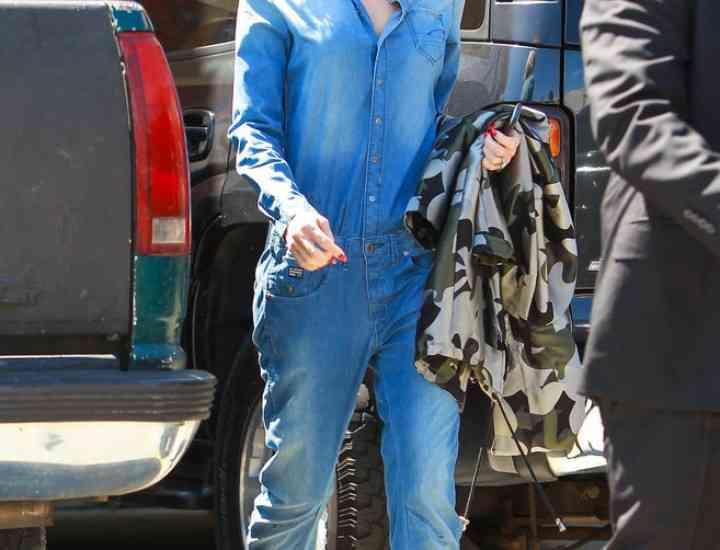 Salopeta de blugi – Idei de cum să porți salopeta de blugi de la Gwen Stefani