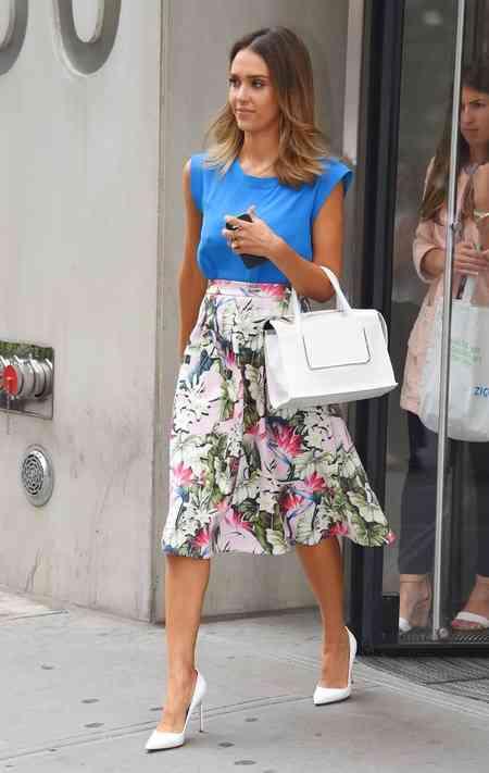 jessica-alba-perfect-summer-style-jessica-alba-white-handbag-floral-skirt-shopping-bag-handbag