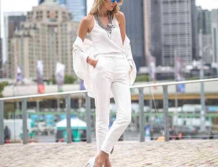 Cum să porți pantalonii albi într-o gamă diferită de stiluri