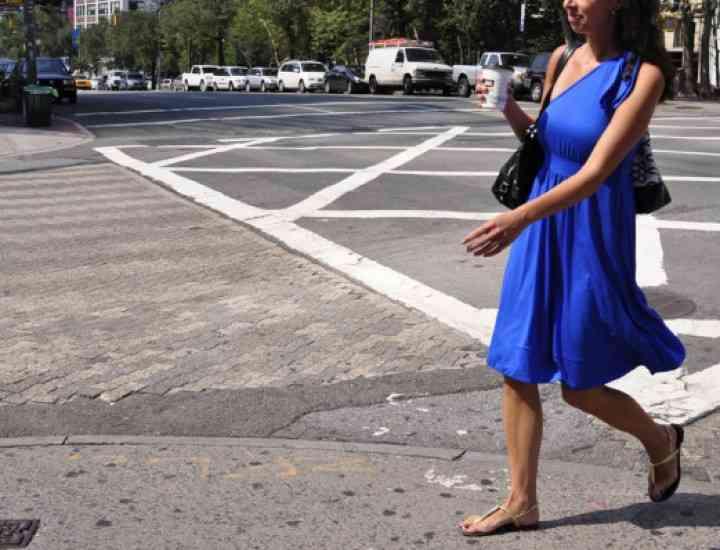 Cum accesorizăm o rochie albastră