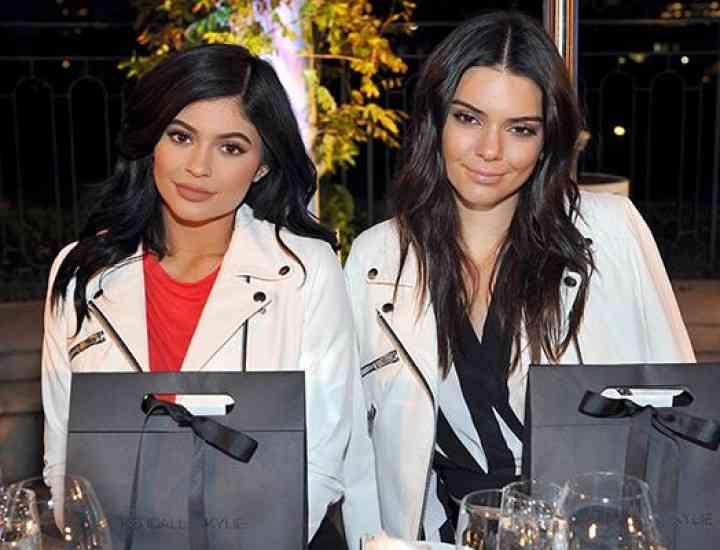 Kendall și Kylie Jenner adaugă genți la linia de modă Kendall + Kylie