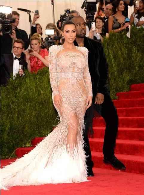 rochie transparenta kim kardashian