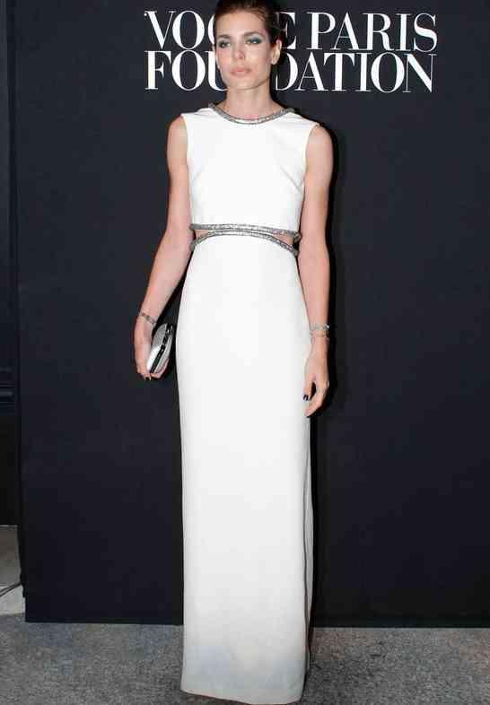 carlota casiraghi rochie alb argintie
