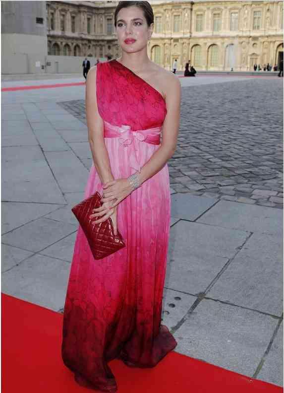 carlota casiraghi rochie roz rosie