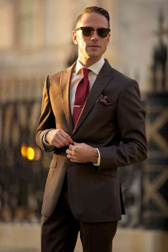 cravata rosie+costum maro
