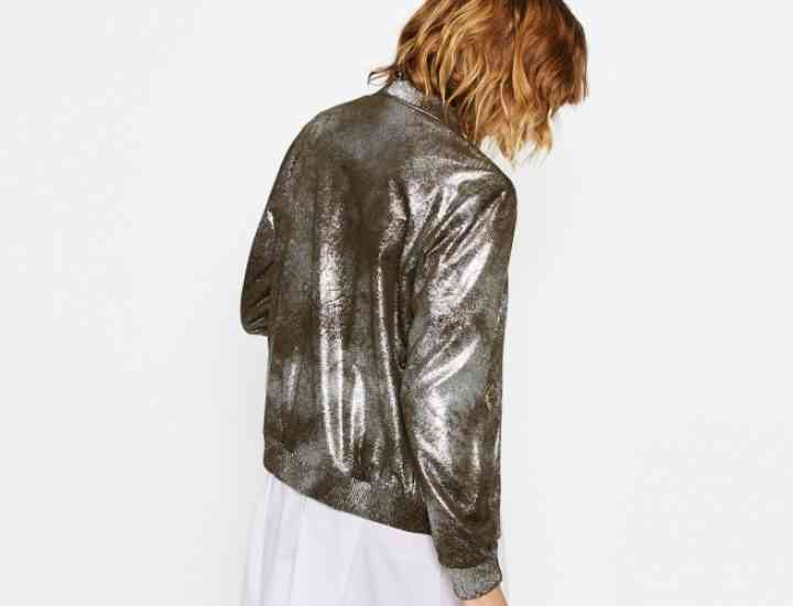 Articolele vestimentare metalizate, din nou o prezență în ținutele de toamnă