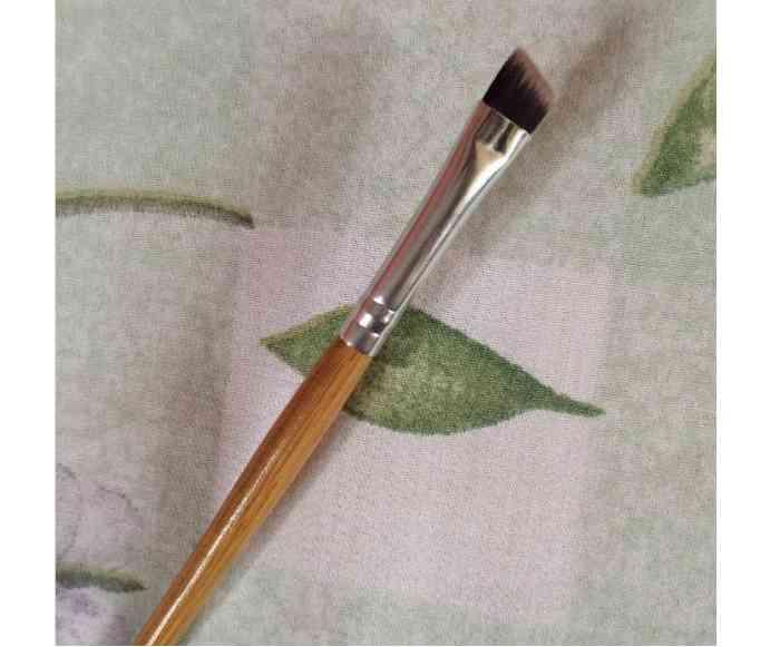 pensula-unghiulara-machiaj